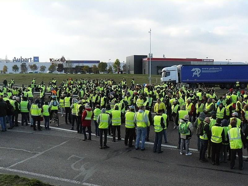 A photo of the gilets jaunes protesting in rural France